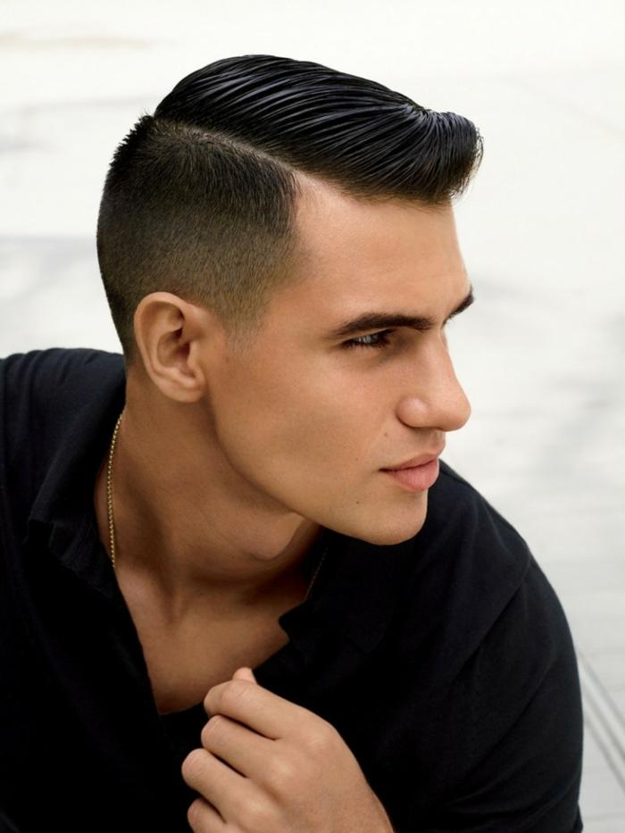 coupe de jeune homme élégante, coupe cheveux garcon gélifiée, chaîne en or, frange de côté élégante