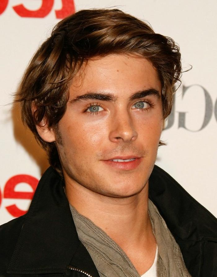chemise, t-shirt et manteau noir, cheveux mi long homme, yeux bleus, frange de côté