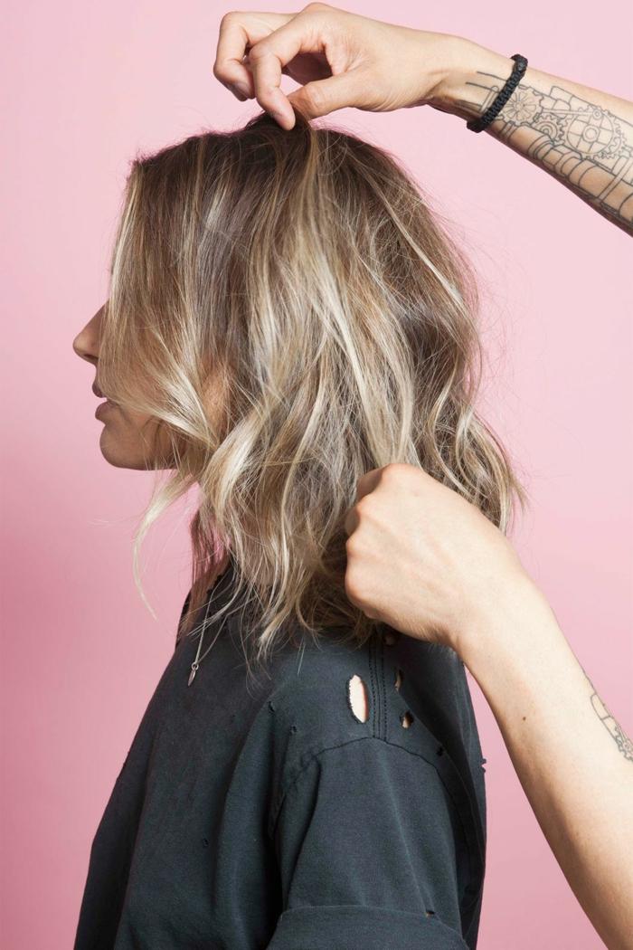Femme belle avec cheveux blonds mi longs, fond rose, coupe de cheveux mi long dégradé, belle femme idée portrait photo choix cheveux
