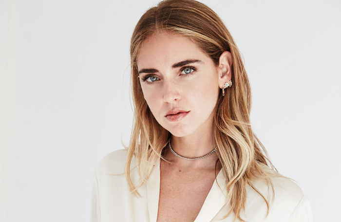 couleur de cheveux pour yeux bleus, coiffure de célébrité de Chiara Ferragni, exemple balayage blond sur châtain clair