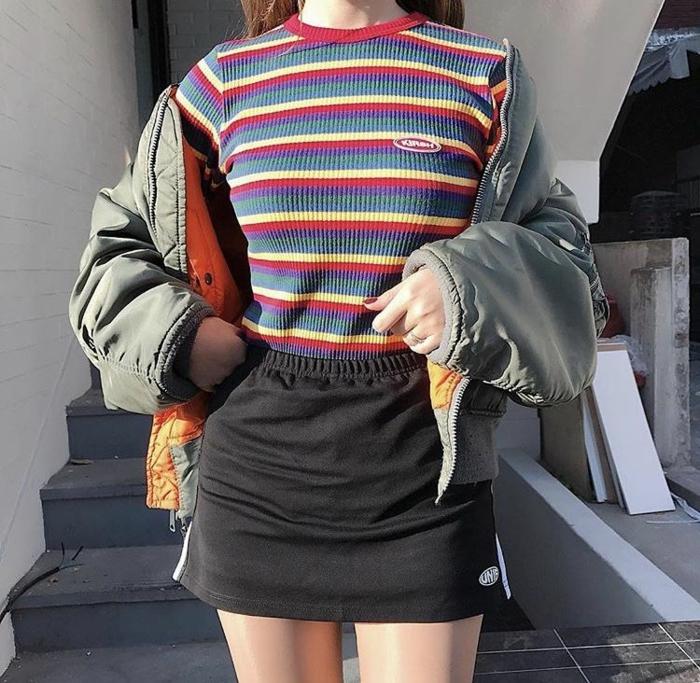 T-shirt rayé style vintage vêtements de sport pour tenue décontractée, mini jupe, tenue postbad photo tumblr fille les meilleures idées tenue décontracté chic