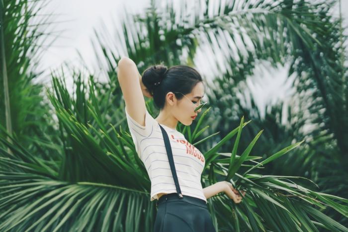 Fille tenue d'été, photo palmes, look d'été femme tumblr, girl stylée tendance 2019, mode femme stylée, t-shirt rayé et jupe courte noir