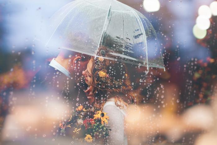Belle couple mariée, femme robe blanche et couronne de fleurs, bouquet de fleurs rustiques, belle couple sous la pluie
