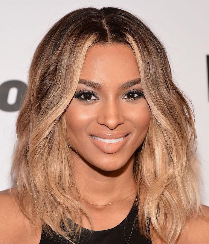 carré ondulé avec des mèches blond miel dans cheveux chatain foncé, balayage blond miel, coiffure romantique femme afro
