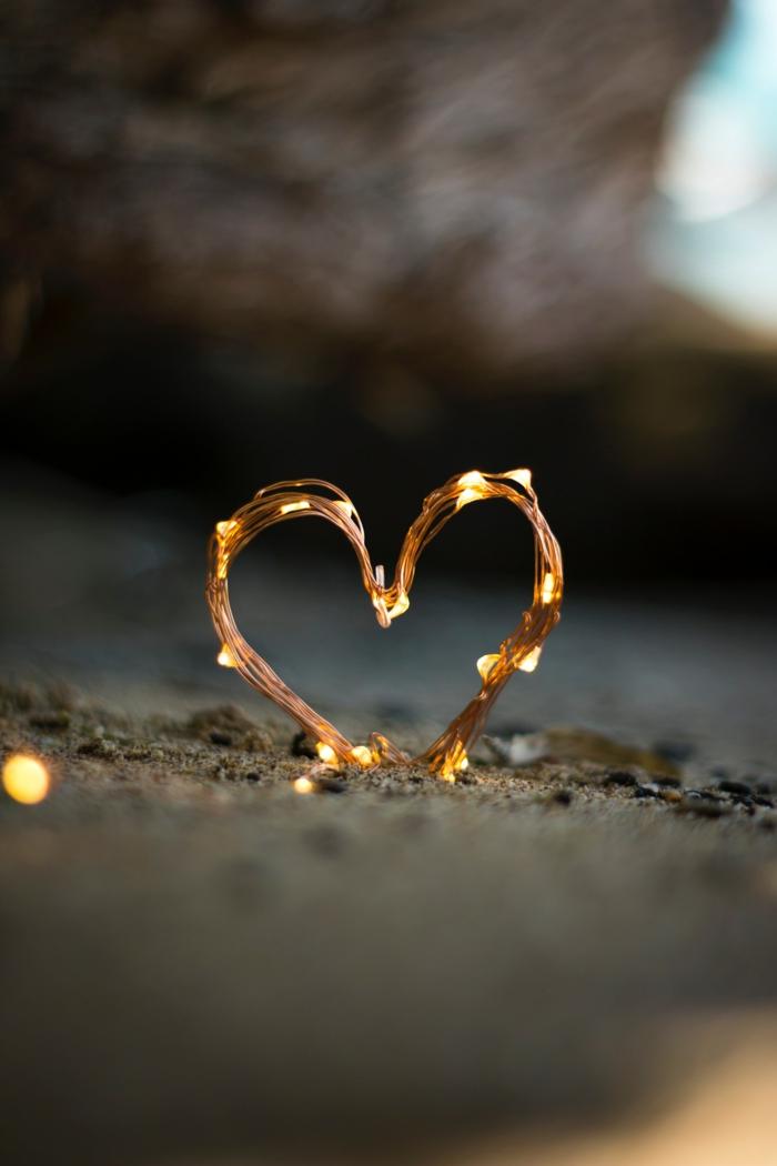 Coeur illuminé sur le sable, image romantique photo couple amoureux cool idée que faire en st valentin