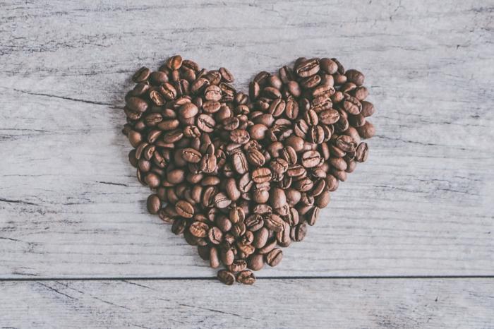Coeur de café, photo romantique pour le saint valentin, belle image d'amour photo suggestion pour activité saint valentin