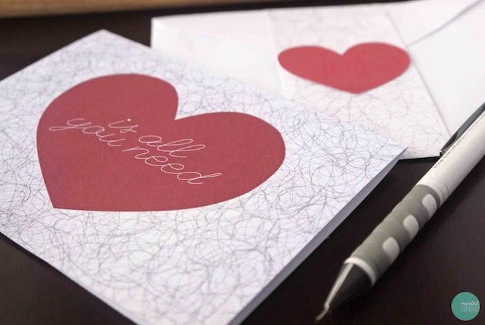 comment faire un petit cadeau pour la saint valentin, coeur rouge sur papier blanc avec simple texte dessus