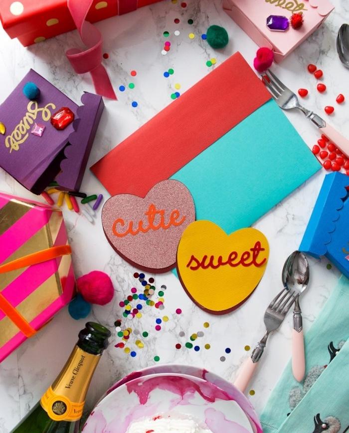 petit cadeau saint valentin fait main, carte de voeux en forme de coeur avec des lettres colorés dessus