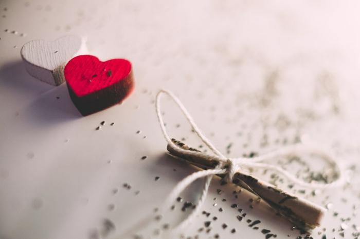 image couple amoureux, photo pour utiliser sur les réseaux sociaux, coeur rouge et coeur blanc, message romantique