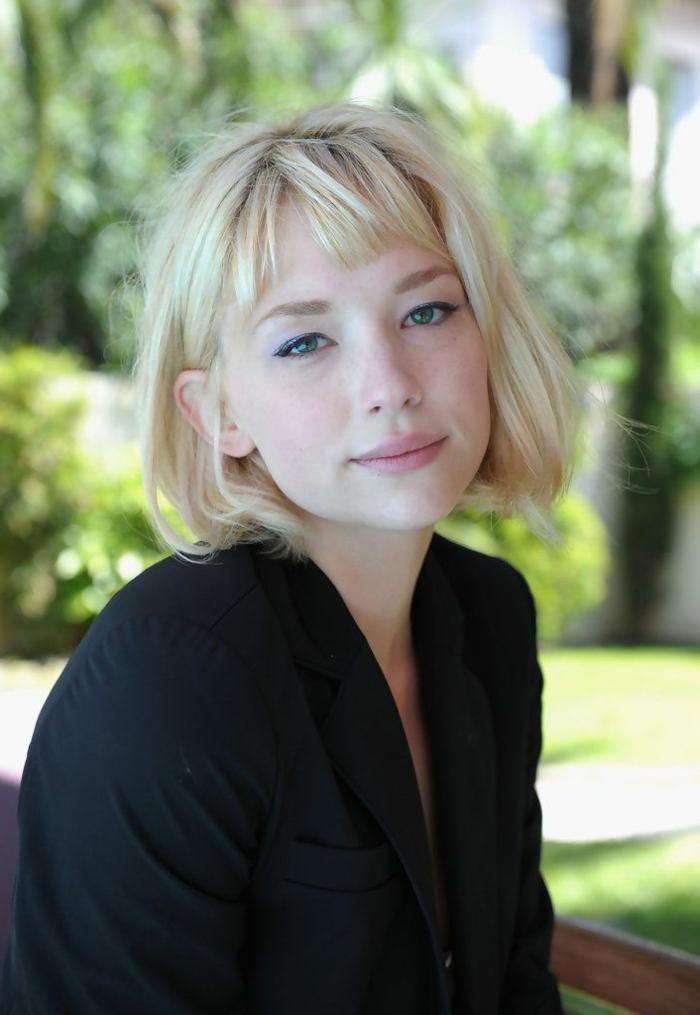 coupe carré femme, frange courte, chemise noire, maquillage simple, cheveux blonds