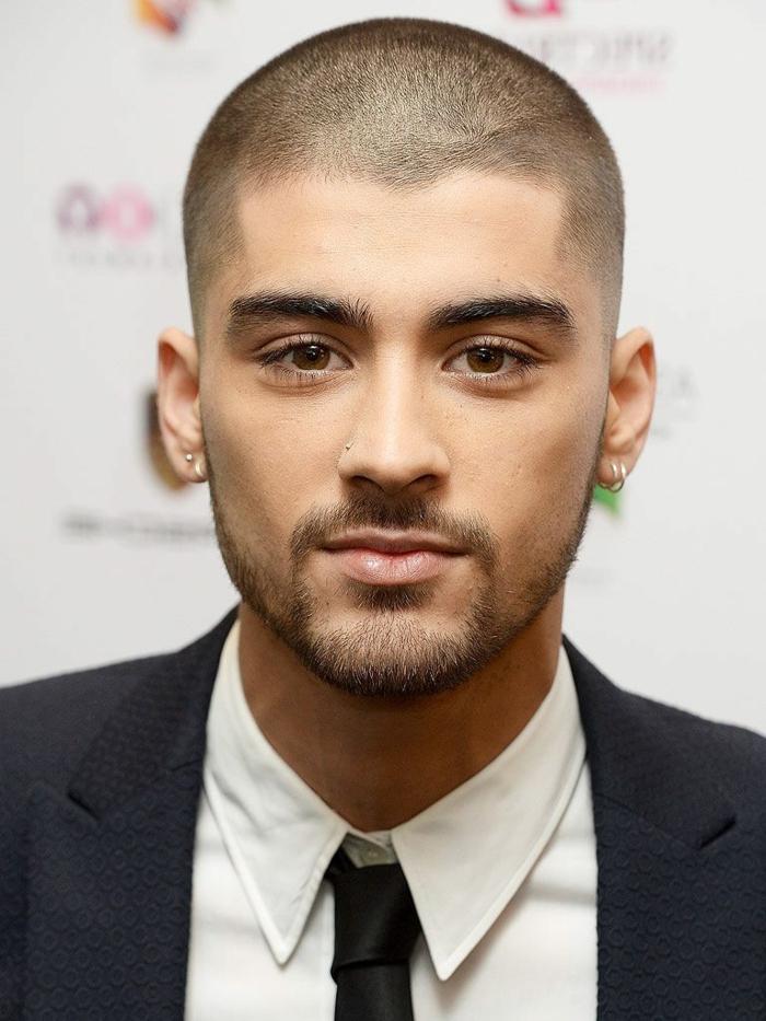 coupe rasée de Zayn Malik, yeux marrons, barre de trois jours, coupe homme courte, costume