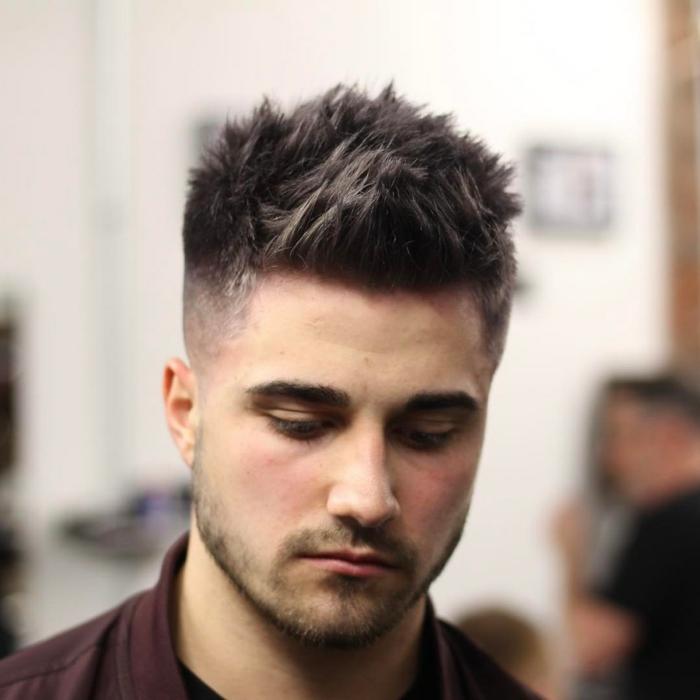 coiffure homme court, frange spikey, coiffure rétro mais chic, coupes pour les jeunes hommes