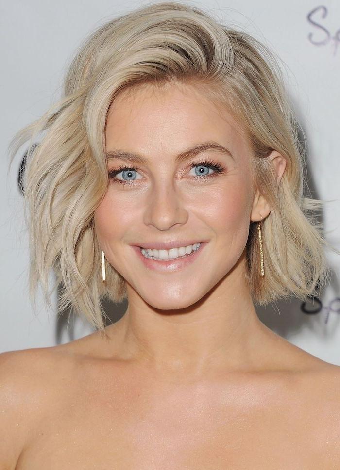 carré ondulé avec une mèche sur le coté, coloration blonde, carré blond, style décoiffé boheme chic femme