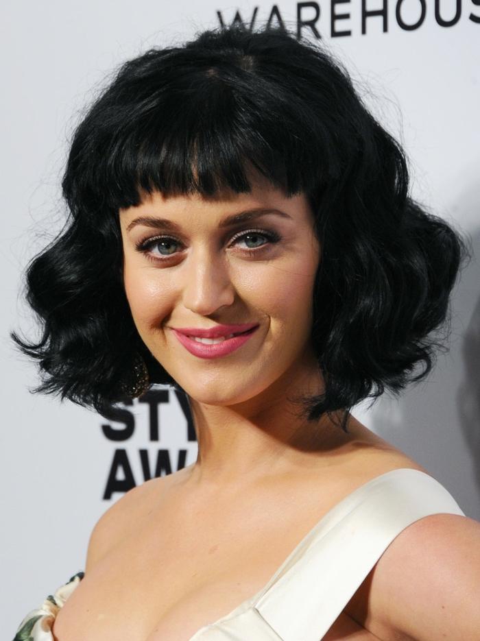 carré court dégradé, frange droite, Katy Perry avec une coupe carré femme tendance