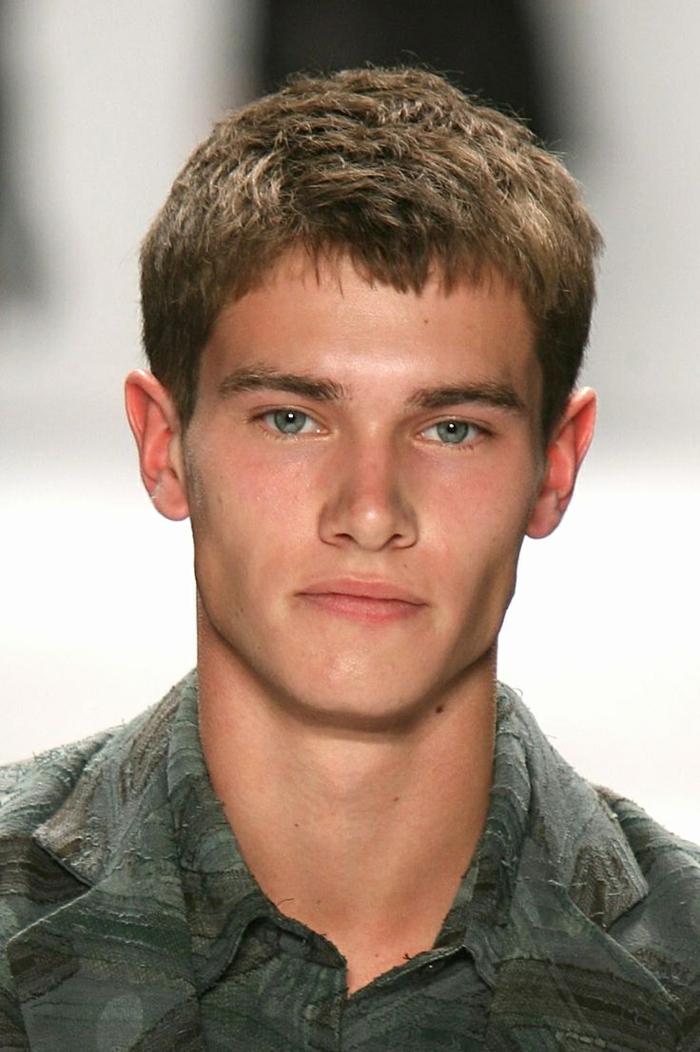 coiffure homme court, yeux bleus, chemise gris clair, coupe pour ado garcon, style des célébrités