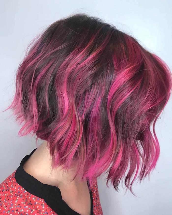 carré plongeant mi long à mèches framboise sur cheveux chatain foncé, chemise rose à pois, coiffure originale