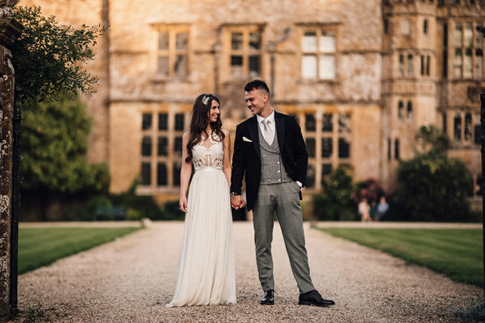 costume homme mariage gris et noir, robe de mariée longue, vieux château, chaussure homme mariage noire