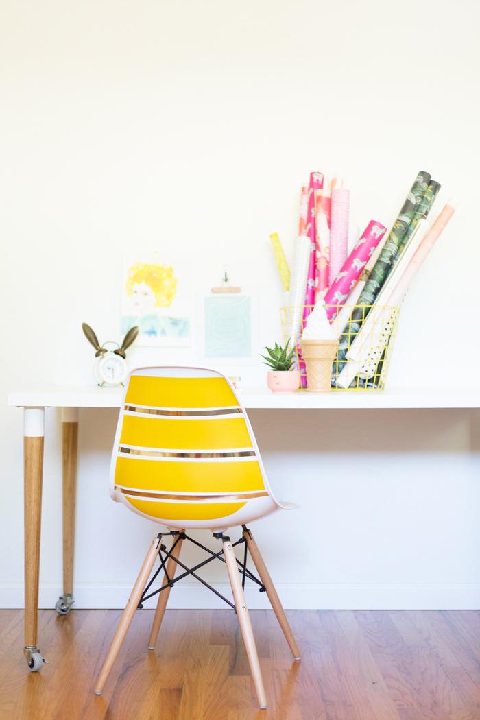 comment relooker un meuble ikea avec du masking tabe, chaise scandinave à larges bandes jaunes réalisées avec du masking tape