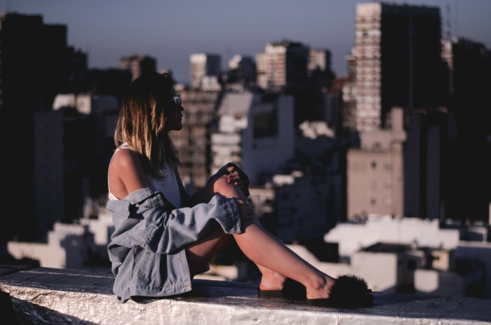 Fille assise sur un banc de toit haute, tenue chic décontracté pour femme, tumblr girl style cool idée de tenue bohème femme
