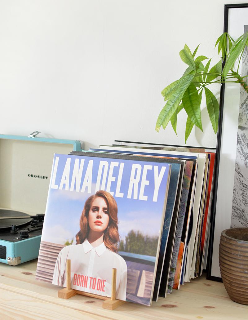 collection de vinyles posés sur un petit support diy en bois fabriqué à la main facilement avec tutoriel