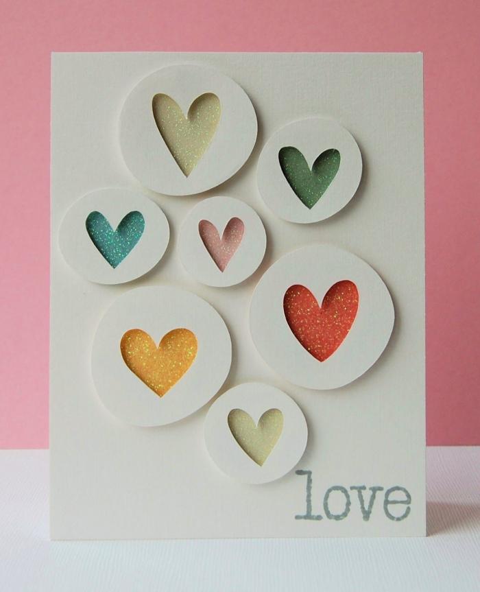 idée scrapbooking facile pour la Saint Valentin, modèle carte d'amour en papier blanc avec coeur 3D en peinture pailletée