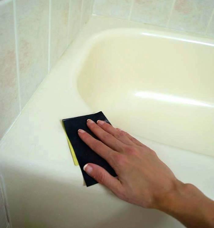 tutoriel comment repeindre une baignoire avec étape de poncage à la main avec papier de verre