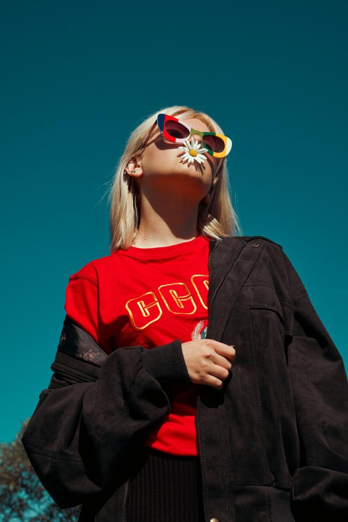 T-shirt rouge USSR, eclectique soviet union tenue, lunettes de soleil colorés style vintage, vetement femme chic tumblr girl style habit sans effort magnifique