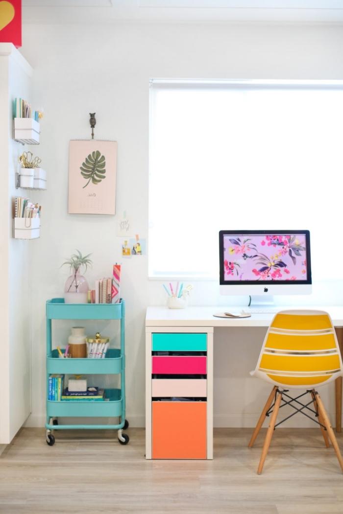 customiser meuble ikea avec de l'adhésif coloré, un bureau ikea à tiroirs colorés et une desserte vert menthe à l'eau pour un coin bureau plein de fraîcheur
