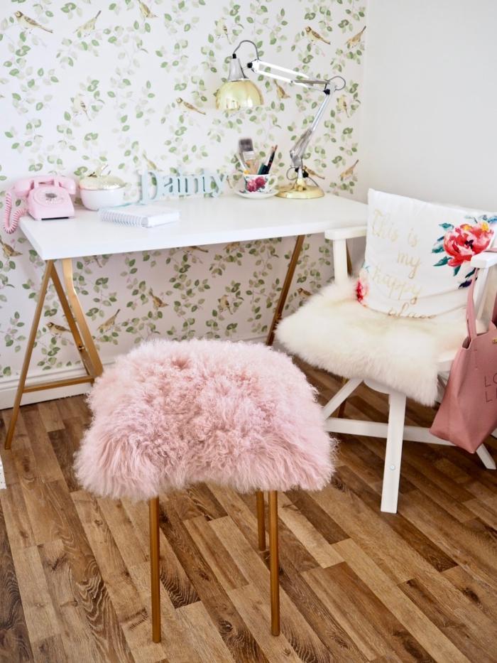 un meuble relooké pour se faire un coin bureau chic et féminin, tabouret marius de chez ikea repeint en cuivre, avec une assise revêtue d'une housse en fourrure rose