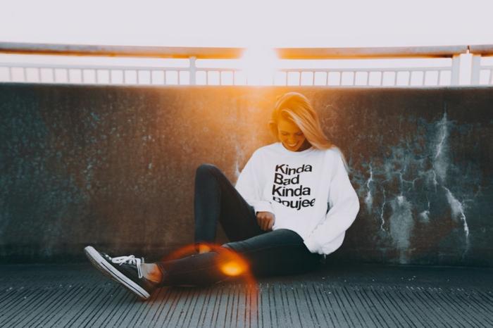 Blouson blanche et jean noir associés avec vans baskets, tenue tumblr, meuf swag, beauté et mode pour les femmes jeunes