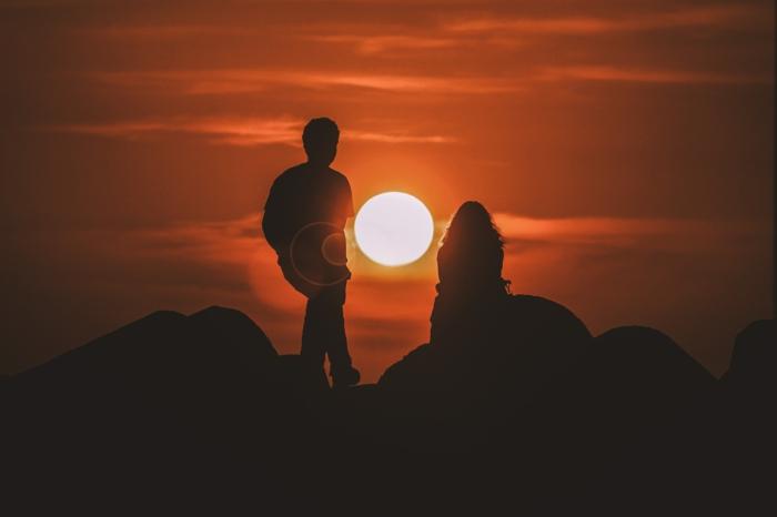 carte st valentin idée comment dire bonne saint valentin mon amour, couple silhouette au coucher du soleil