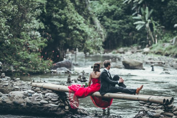 Couple bien habillé, homme et femme assise un arbre au bord de la rivière, image st valentin, belle couple amoureux