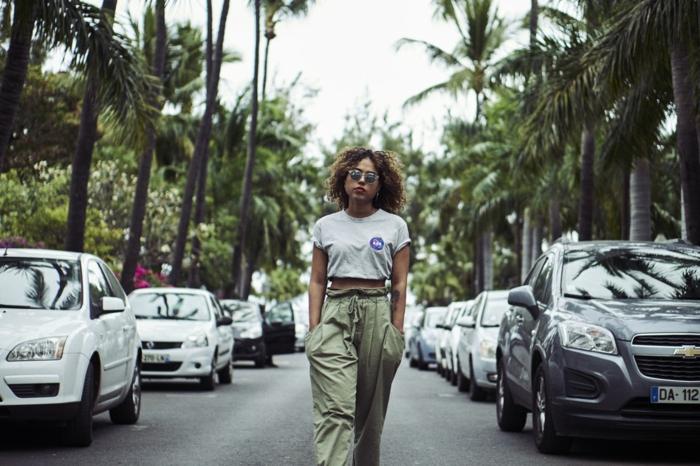 Cool tenue t-shirt manche courte gris, pantalon grand, cheveux crépus, lunettes de soleil cool, tumblr fille meuf swag idée comment les filles modernes s habillent, photo palmes