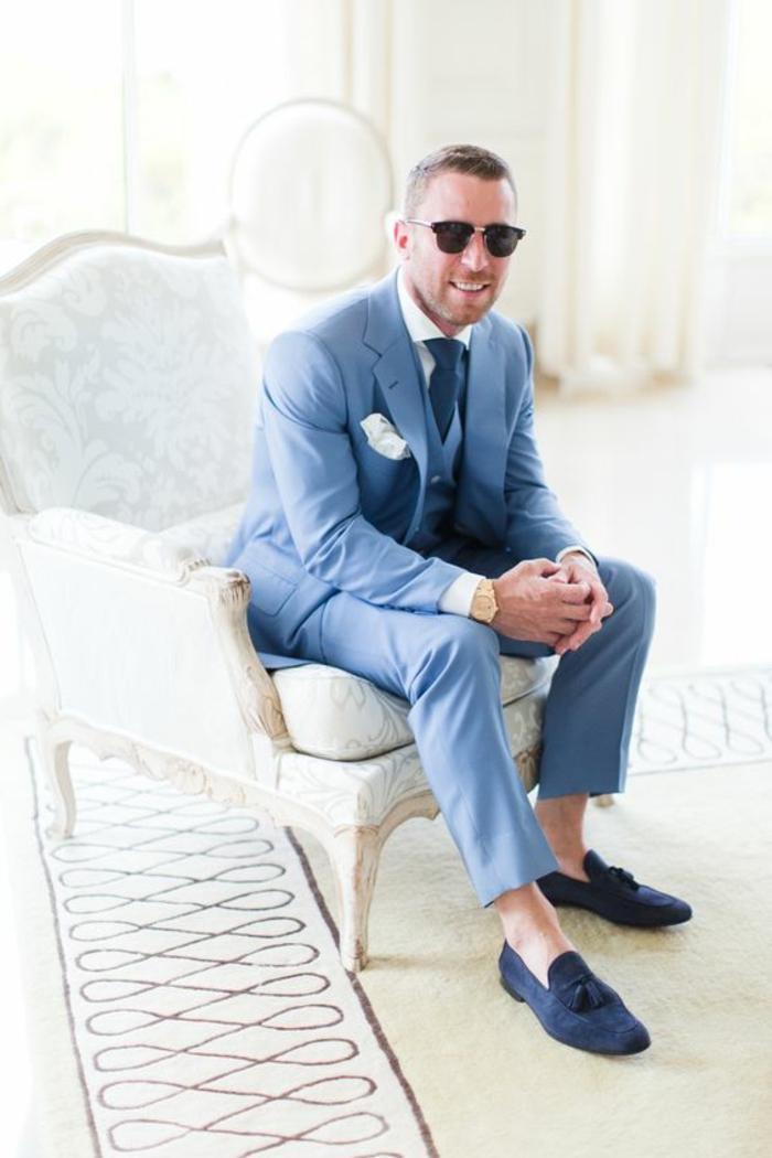 mocassins bleus, chaussures hommes légères, costume marié bleu, mouchoir de poche blanc
