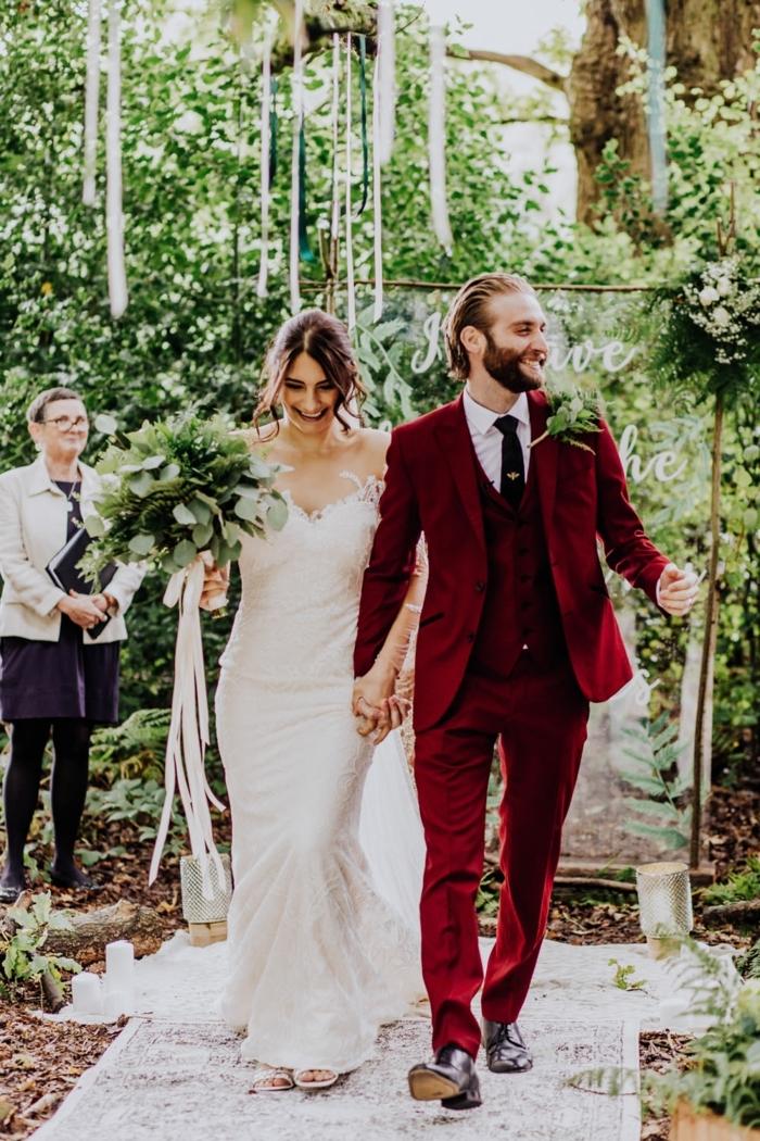 robe de mariée sirène, grand bouquet vert, costume marié burgundy, cravate noire, chemise blanche, jardin vert