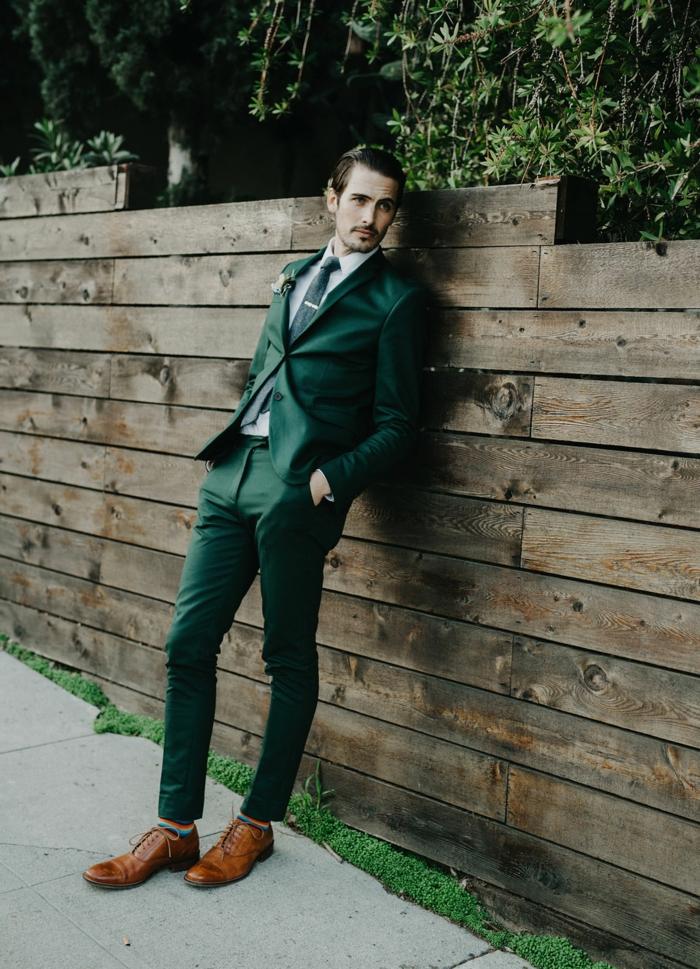 paire de richelieus marrons, costume homme vert émeraude, chaussure habille homme, tenue pour mariage