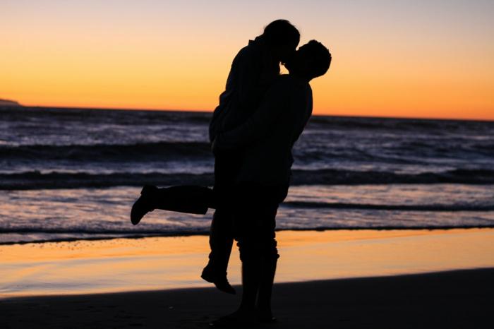 Au bord de la mer un couple romantique, image couple amoureux silhouettes, belles photos pour fond d'écran romantiques