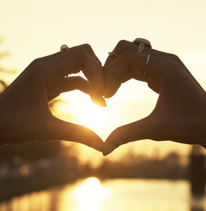 Mains au coeur au coucher du soleil, romantique photo au bord d un lac, image couple amoureux, image st valentin la beauté de l amour