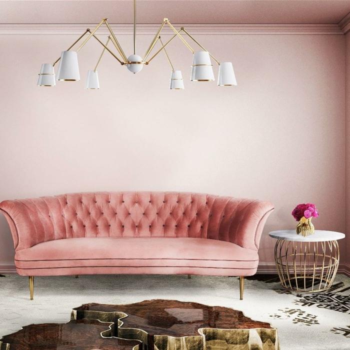 salon en rose et grand sofa capitonné en couleur saumon, lampe blanche, table basse blanc et métal, table tronc laquée