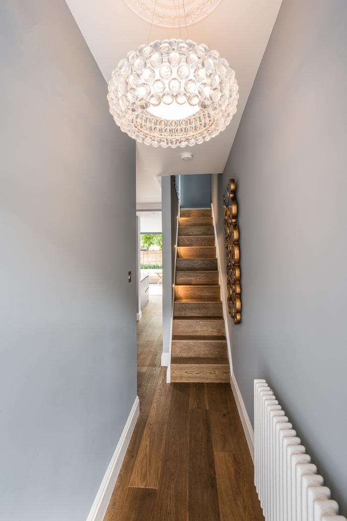 decoration couloir long et étroit aux murs peints en gris clair et aux touches de blanc sur le plafond et le radiateur