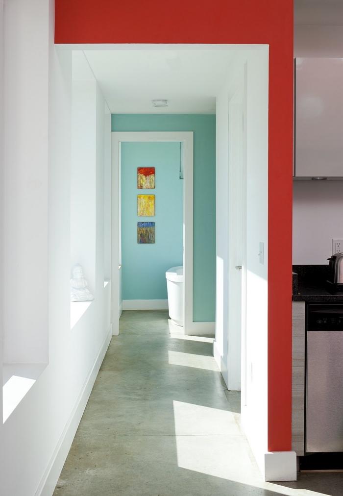 un couloir blanc avec des touches de couleur à ses deux extrémités, choix de couleur couloir pour animer un espace blanc