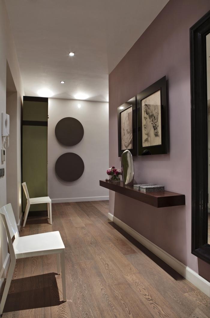idée déco couloir douce et féminine, couloir peint en vieux rose et blanc ponctué de touches de bois foncé