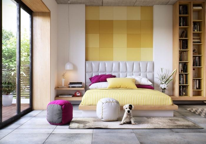 exemple de chambre à coucher contemporaine avec murs blancs et plancher gris, modèle revêtement murale pan de mur en jaune moutarde