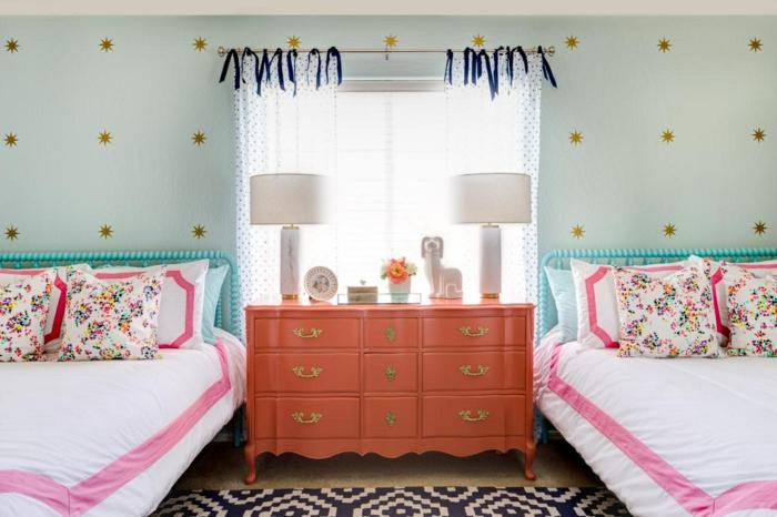 mur-pointillé, crédence orange, tapis géométrique noire et blanc, deux lits avec coussins floraux