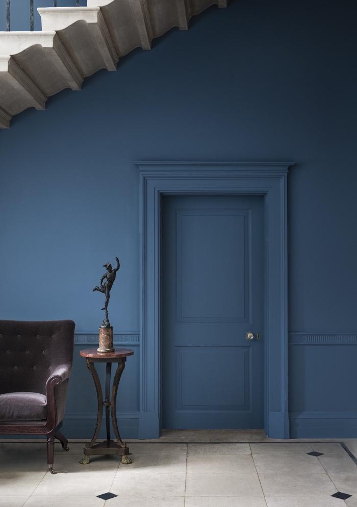 décoration couloir d'entrée épurée et sophistiquée, hall d'entrée aux murs, plinthes et boiseries de la même couleur bleu profond et lumineux