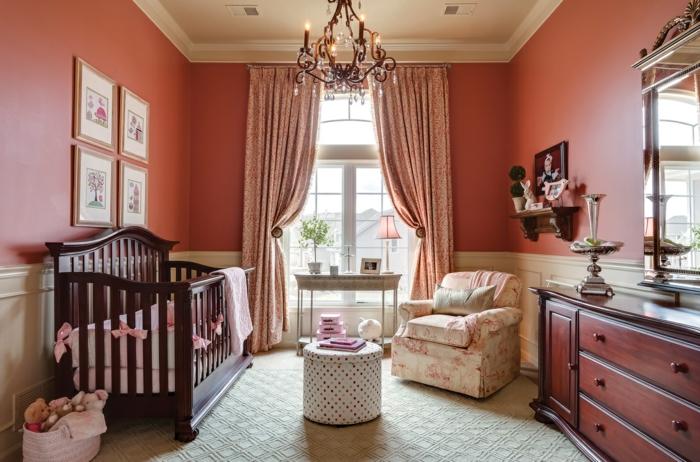 chambre d'enfant, petite table basse, lit bébé en bois foncé, chandelier, fauteuil floral, buffet bois, grand miroir encadré