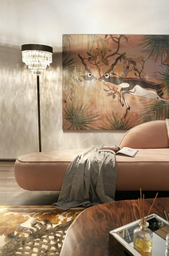 grand sofa couleur tendance 2019, grand panneau avec deux cerfs, table en bois, chandelier