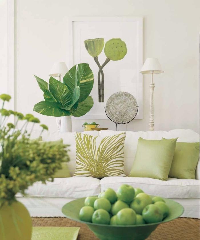 déco de salon blanc et vert, modèle de canapé blanc décoré avec coussins en couleur vert pastel, accessoires décoratifs nuances vertes