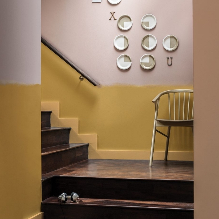 idée pour peindre une cage d'escalier en 2 couleurs tendance, des murs bicolores peints en jaune moutarde et rose cendré sans une ligne bien définie entre les deux parties