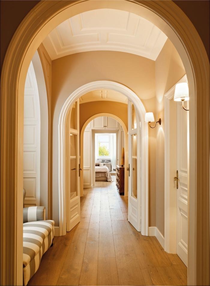 idée pour peindre un couloir avec beaucoup de portes et des éléments architecturaux, couloir aux murs couleur ocre avec des portes et boiseries blanches